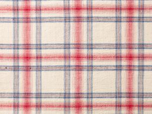 赤と青ときなりのチェックの手織り布の写真素材 [FYI02833626]