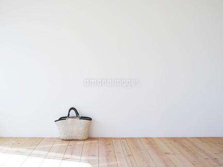 木の床とかごの写真素材 [FYI02833664]