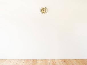 時計と木の床の写真素材 [FYI02833702]