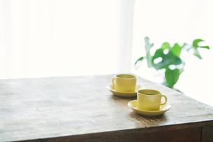 コーヒーカップとテーブルとカーテンの写真素材 [FYI02833713]