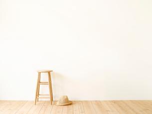 スツールと麦わらぼうしと白い壁と木の床の写真素材 [FYI02833715]