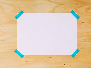 木の板と紙とマスキングテープの写真素材 [FYI02833736]