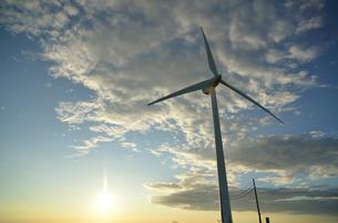 風車と太陽の写真素材 [FYI02833762]