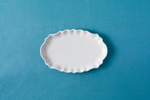 青のテーブルクロスと白色の皿の写真素材 [FYI02833770]
