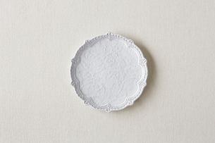 白の麻の布と白い皿の写真素材 [FYI02833774]