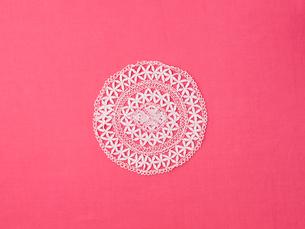 ドイリーレースとピンクの綿の布の写真素材 [FYI02833791]