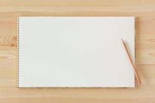 木の机とノートとえんぴつの写真素材 [FYI02833854]