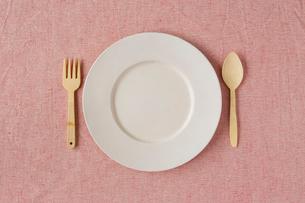 白い皿とピンクの布と木のカトラリーの写真素材 [FYI02833892]