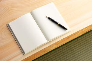 白紙の本と万年筆の写真素材 [FYI02833907]