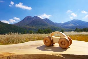 木の車と九重連山の写真素材 [FYI02833914]