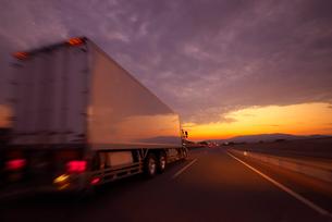 夕暮れの高速道路を走るトラックの写真素材 [FYI02833925]