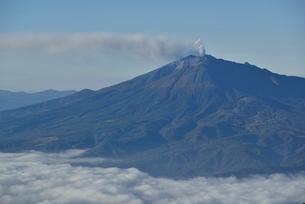 噴煙をあげる御嶽山の写真素材 [FYI02833933]