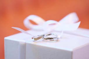 結婚指輪とギフトボックスの写真素材 [FYI02833938]