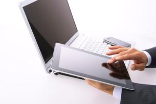 タブレットPCを操作するビジネスマンの写真素材 [FYI02833946]