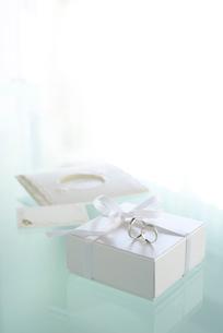 結婚指輪とギフトボックスの写真素材 [FYI02833953]