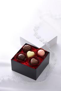 ハートのチョコレートとギフトボックスの写真素材 [FYI02833975]
