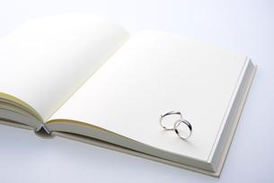 結婚指輪と白紙の本の写真素材 [FYI02833998]