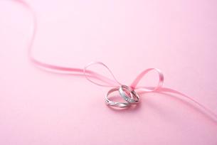 結婚指輪とリボンの写真素材 [FYI02834001]