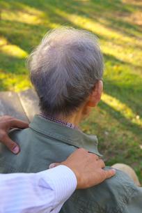 肩を揉んでもらうシニアの写真素材 [FYI02834036]