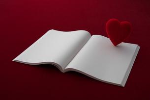 白紙の本とハートの写真素材 [FYI02834079]