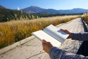 白紙の本を持つ男性の写真素材 [FYI02834102]
