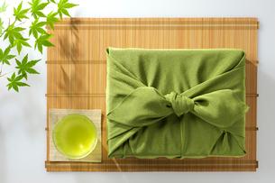風呂敷と日本茶の写真素材 [FYI02834130]