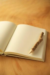白紙の本と鉛筆の写真素材 [FYI02834155]