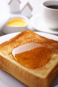 トーストに蜂蜜の写真素材 [FYI02834225]