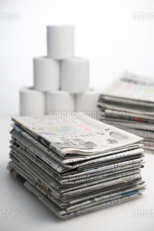 新聞紙とトイレットペーパーの写真素材 [FYI02834287]