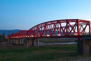 夕暮れの筑後川橋の写真素材 [FYI02834308]