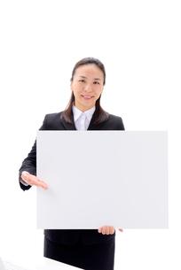 ボードを持つビジネスウーマンの写真素材 [FYI02834373]
