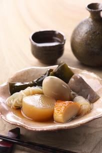 おでんと日本酒の写真素材 [FYI02834381]