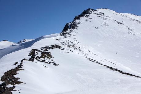 雪が積もった摩利支天山の写真素材 [FYI02834433]