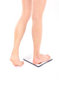 体重計に乗る女性の写真素材 [FYI02834479]