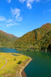 秋の加治川治水ダム公園の写真素材 [FYI02834502]