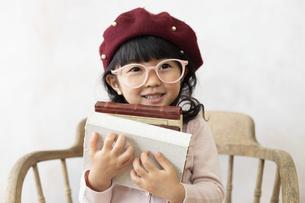 本を持つ女の子の写真素材 [FYI02834530]