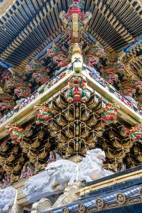 日光東照宮 陽明門の彫刻 (平成の大修理完成後)の写真素材 [FYI02834680]