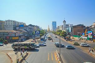 スーレーバゴダ通り ヤンゴンの写真素材 [FYI02834748]