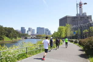皇居外周道路をジョギングする人々の写真素材 [FYI02834810]