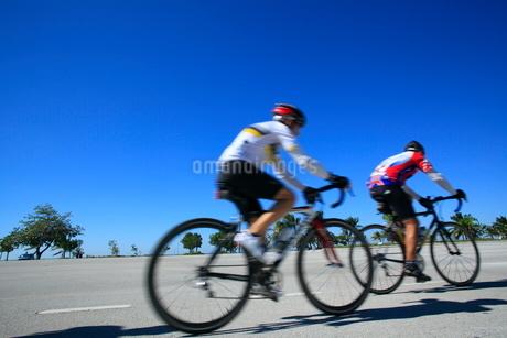 ロードレーサーで走る人の写真素材 [FYI02834821]