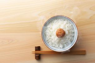御飯と梅干しの写真素材 [FYI02834838]