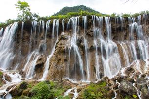 地球の息吹を感じる九寨溝の瀑布の写真素材 [FYI02834873]
