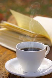 コーヒーと本の写真素材 [FYI02834966]