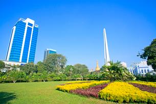 マハバンドゥーラ公園と独立記念塔 ヤンゴンの写真素材 [FYI02834990]
