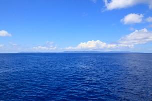 海と西表島全景 沖縄県の写真素材 [FYI02835003]