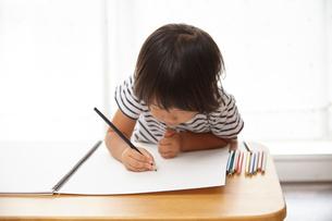 お絵かきする子供の写真素材 [FYI02835004]