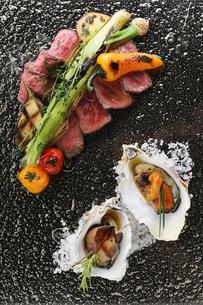 グリルした牛肉と焼牡蠣の写真素材 [FYI02835026]