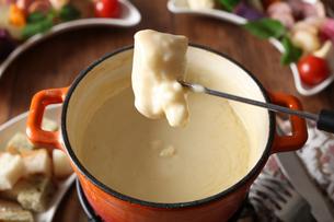 チーズフォンデュの写真素材 [FYI02835030]