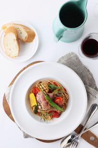 季節野菜のパスタの写真素材 [FYI02835066]
