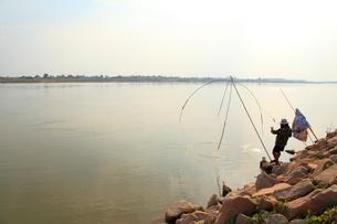 メコン川で漁をする漁師の写真素材 [FYI02835131]